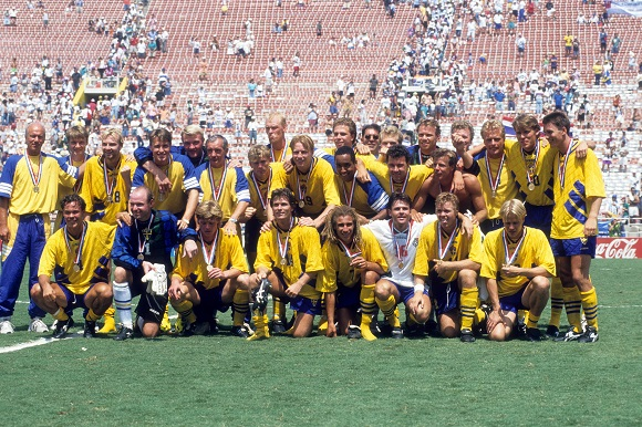 Bildnummer: 05792303 Datum: 16.07.1994 Copyright: imago/WEREK Schweden belegt den 3. Platz der WM 1994; Vdia, quer, Mannschaftsfoto, Medaille, Gruppenfoto, Siegerehrung, Aufmacher WM 1994, Länderspiel, Nationalteam, Nationaltrikot, Spiel um den dritten Platz, 3. Los Angeles, LA, L.A. Freude, Fußball WM Herren Mannschaft Totale optimistisch Randmotiv Werbemotiv Personen Image number 05792303 date 16 07 1994 Copyright imago WEREK Sweden documented the 3 square the World Cup 1994 Vdia horizontal Team photo Medal Group photo Award Ceremony Highlight World Cup 1994 international match National team National jersey Game to the third square 3 Los Angeles La l A happiness Football World Cup men Team long shot optimistic Rand motive Highlight Human Beings All Over Press